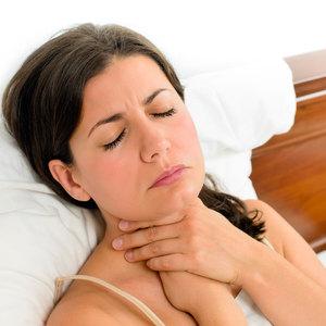Болит в грудине и в горле