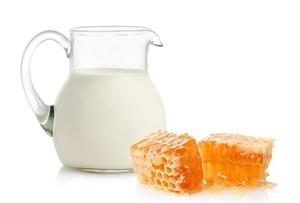 Молоко с медом – хорошее средство от кашля